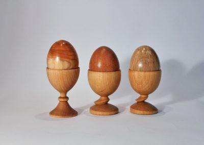 Les œufs et coquetiers en bois